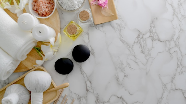 Overhead-aufnahme des beauty-spa-behandlungs- und entspannungskonzepts mit weißem handtuch, spa-salz, hot stone und anderem spa-zubehör
