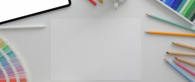 Overhead-aufnahme des designerarbeitsplatzes mit digitalem tablet, skizzenpapier und designerbedarf