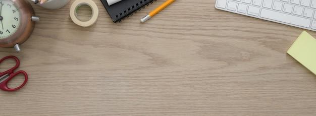 Overhead-aufnahme eines komfortablen arbeitsbereichs mit computergeräten, verbrauchsmaterialien, dekoration und kopierraum