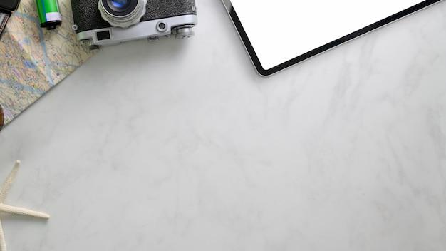 Overhead-aufnahme von urlaubsartikeln mit kopierraum, kamera, digitalem tablet und karte