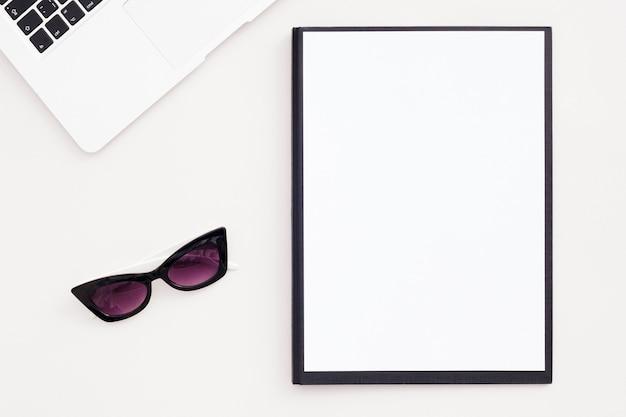 Overhead minimalistisches schreibtischkonzept