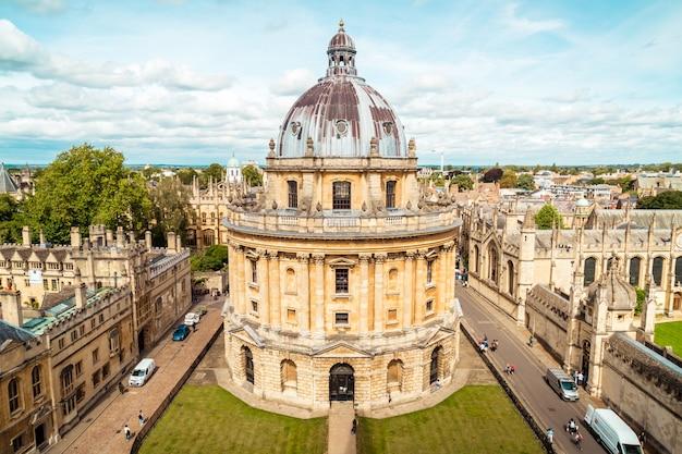 Oxford, vereinigtes königreich - 29. august 2019 - erhöhte ansicht der radcliffe-kamera und der umgebenden gebäude, oxford, oxfordshire, england, großbritannien