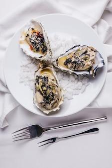 Oyster rockefeller und sake-pochierte auster.
