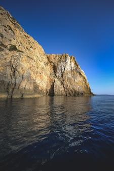Ozean umgeben von felsigen klippen