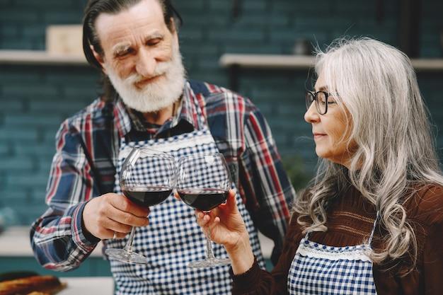 Paar älterer kaukasischer ehemann und ehefrau in freizeitkleidung