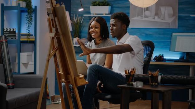 Paar afroamerikanische künstler, die kunstzeichnungsdesign erstellen