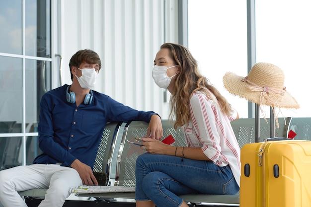 Paar am flughafen mit masken