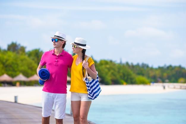 Paar am strand anlegestelle in tropischen insel