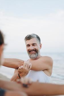Paar am strand ausdehnen