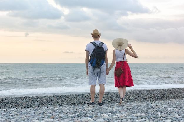 Paar am strand stehen und hände halten