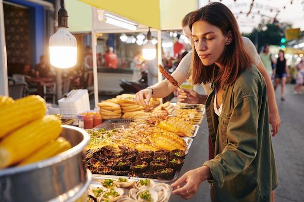 Paar am straßenlebensmittelmarkt