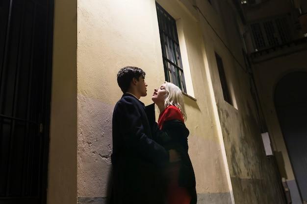 Paar am valentinstag außerhalb