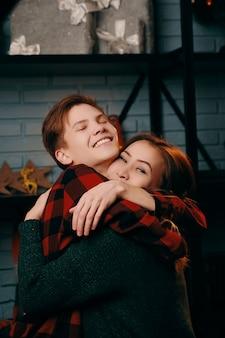 Paar am valentinstag. ein mann und eine frau umarmen sich sehr.