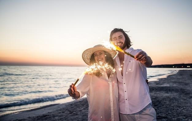 Paar an einem tropischen strand