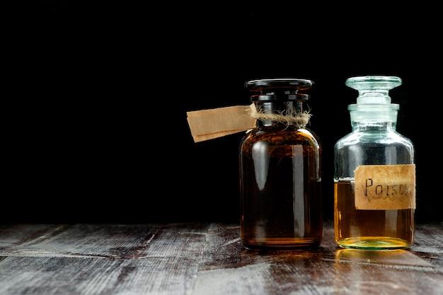 Paar apothekerflaschen mit gift- oder tinkturtrank