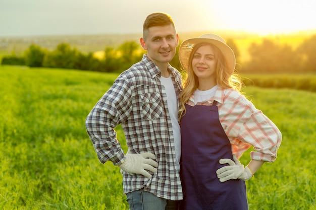 Paar arbeitet auf dem bauernhof