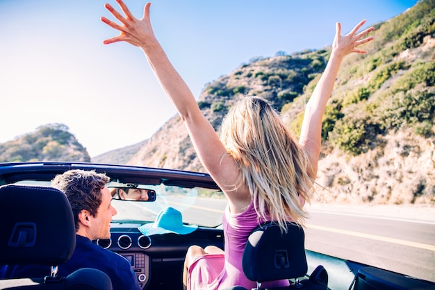 Paar auf cabrio auto