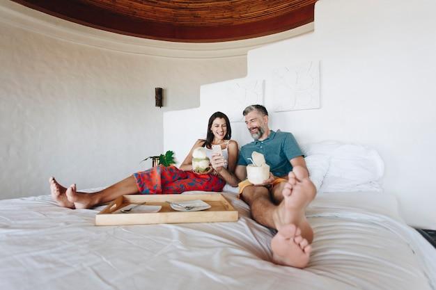 Paar auf dem bett entspannen