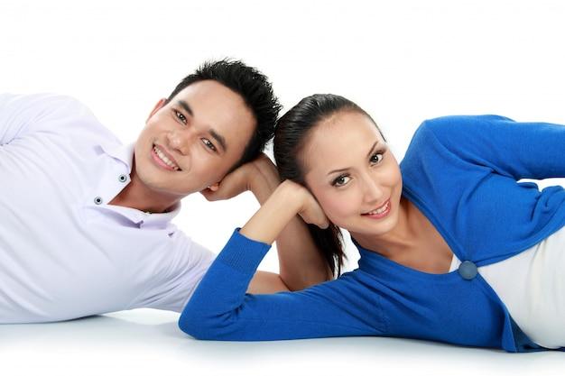 Paar auf dem boden liegend suchen