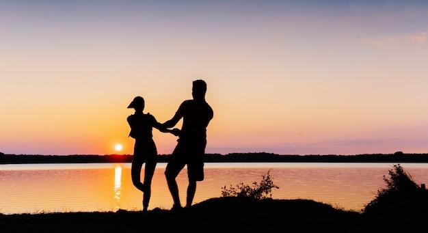Paar auf dem fahrrad bei sonnenuntergang