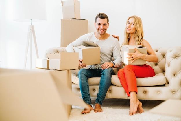 Paar auf der couch zusammen umziehen