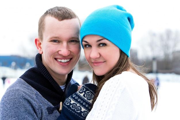 Paar auf der eisbahn