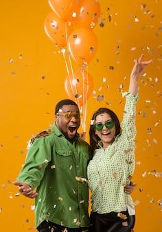 Paar auf der party, die spaß hat und luftballons hält