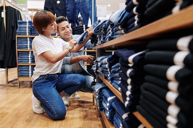 Paar auf der suche nach blue jeans
