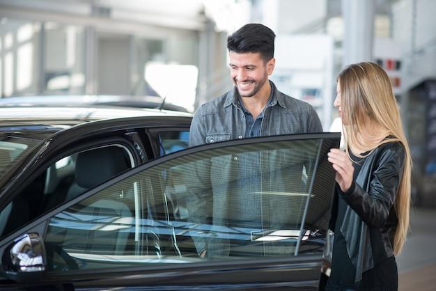 Paar auf der suche nach einem neuen auto