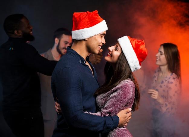 Paar auf der tanzfläche auf party umarmt