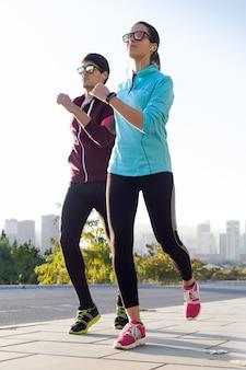 Paar auf einem morgen joggen