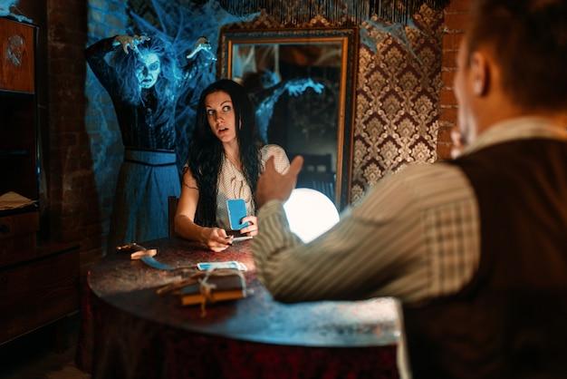 Paar auf geistiger seance, hexe auf hintergrund