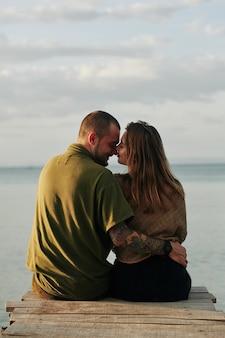 Paar auf holzpier küssen