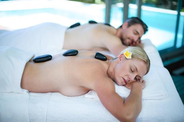 Paar auf massagetisch liegen