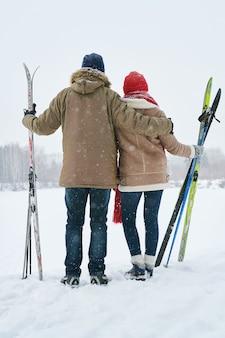 Paar auf snowy hill