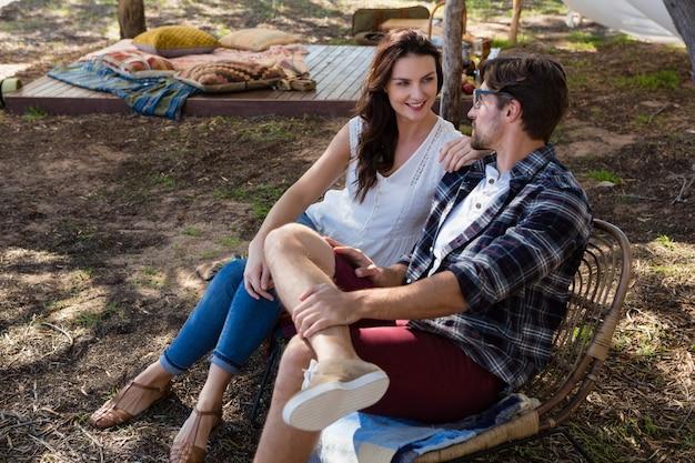 Paar auf stühlen entspannen