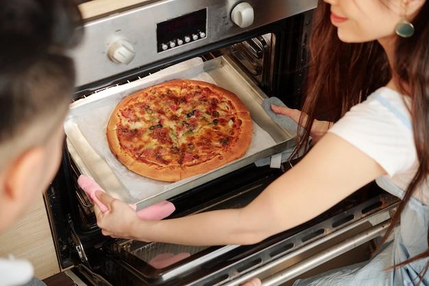 Paar backt pizza