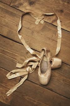 Paar ballettschuhe mit band in herzform