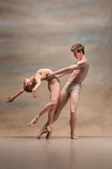 Paar balletttänzer, die über grau aufwerfen.