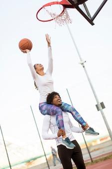 Paar basketball spielen