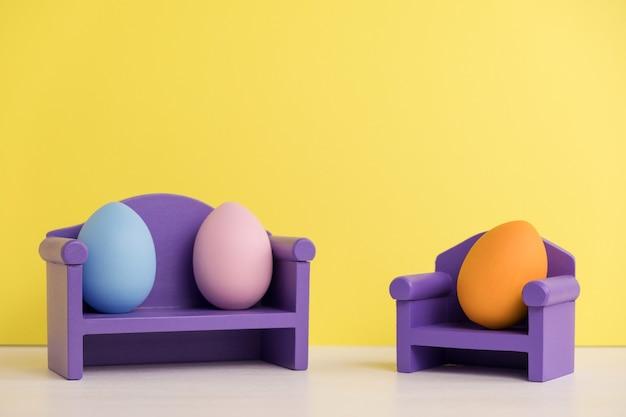 Paar bei einem psychologen. osterferienkonzept mit niedlichen eiern mit lustigen gesichtern. unterschiedliche emotionen und gefühle. psychische gesundheit in der familie.