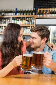 Paar beim anstoßen mit bier