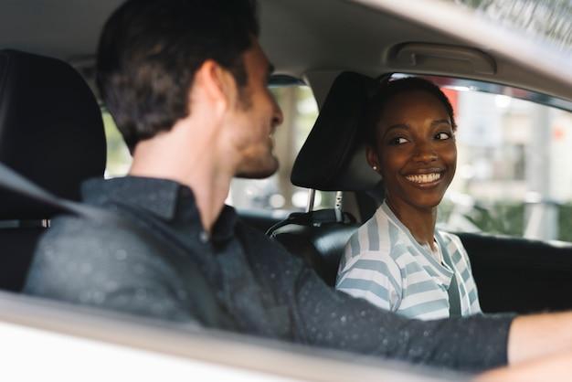 Paar beim autofahren