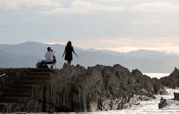 Paar beim fotografieren an der küste