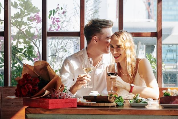 Paar beim romantischen abendessen