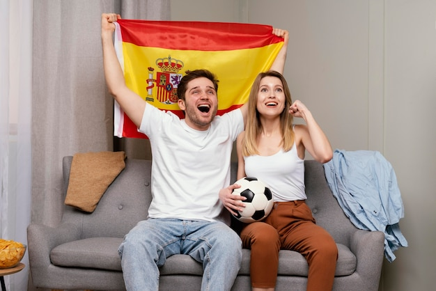 Paar beim sportprogramm im fernsehen