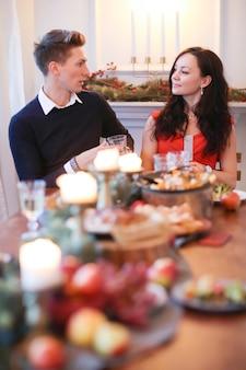 Paar beim weihnachtsessen