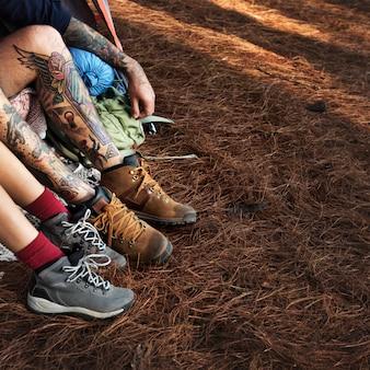 Paar-beine, die draußen kampierendes konzept sich entspannen