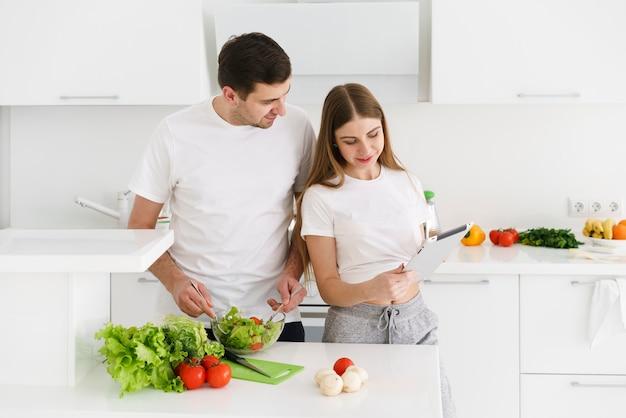 Paar bereitet salat vor