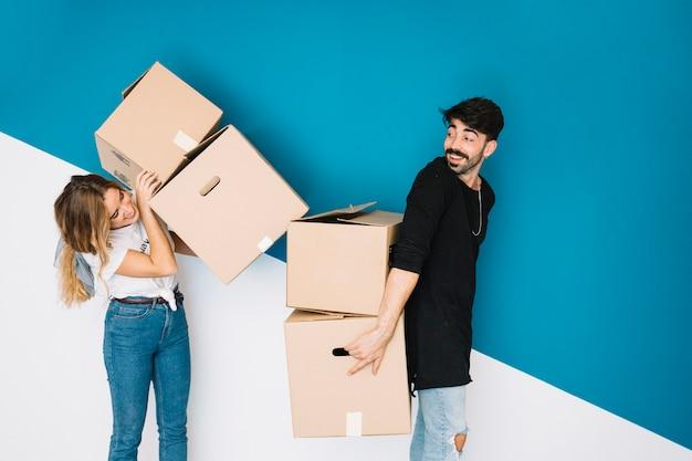 Paar bewegt sich zu neuen wohnung mit boxen